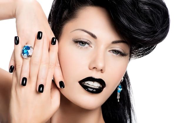 Porträt der nägel, lippen und augen der glamourfrau, schwarz lackiert