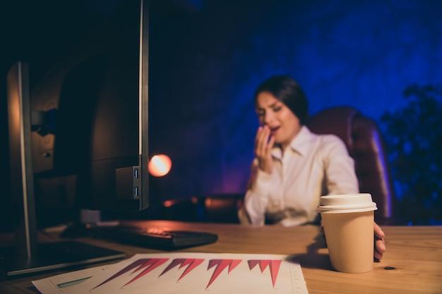 Porträt der netten attraktiven einsamen alleinstehenden dame top-ceo chef chefspezialist auditor abteilung executive vorbereitung bericht gähnen trinkenden espresso, nachdem alle nacht dunklen arbeitsplatz station verlassen