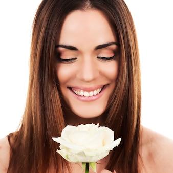 Porträt der niedlichen frau mit weißer rose
