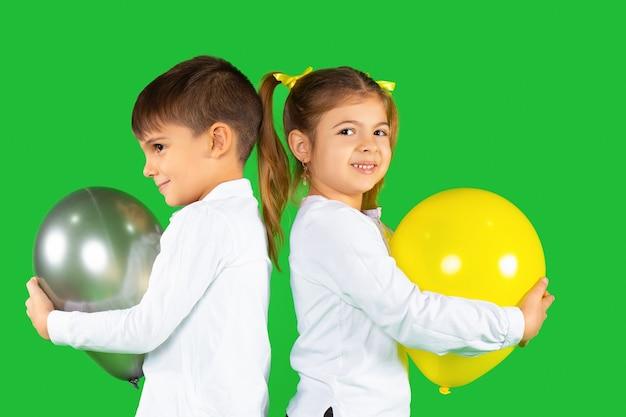 Porträt der niedlichen kinder mit luftballons