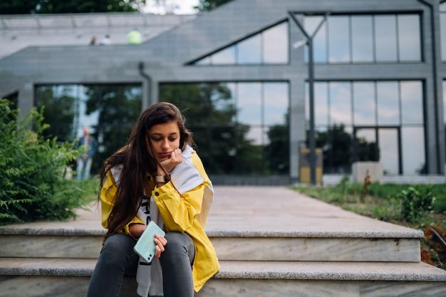 Porträt der niedlichen schönen jungen frau, die spaß hat und draußen aufwirft.