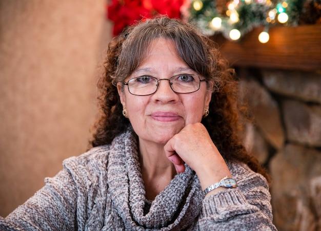 Porträt der oma, die weihnachten zu hause an dezemberferien lächelt und feiert
