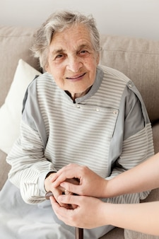 Porträt der oma glücklich, mit der familie zu sein