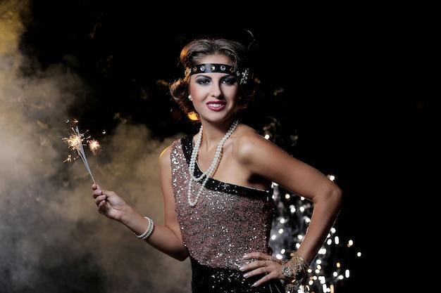 Porträt der partyfrau mit nebelhintergrund