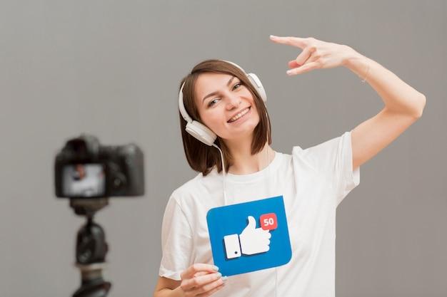 Porträt der positiven frau, die video aufzeichnet