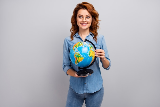 Porträt der positiven fröhlichen frau high school geographie professor halten globus genießen interessante ökologische welt natur vortrag tragen gut aussehen outfit isoliert über graue farbe wand