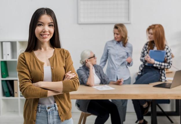 Porträt der positiven jungen frau