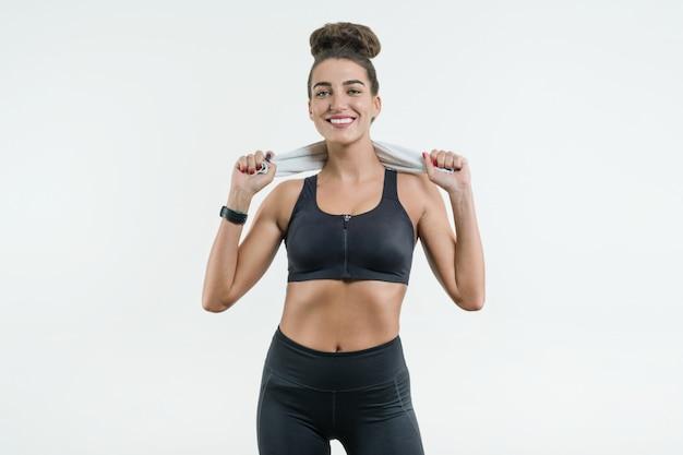 Porträt der positiven sportlerin in guter passform