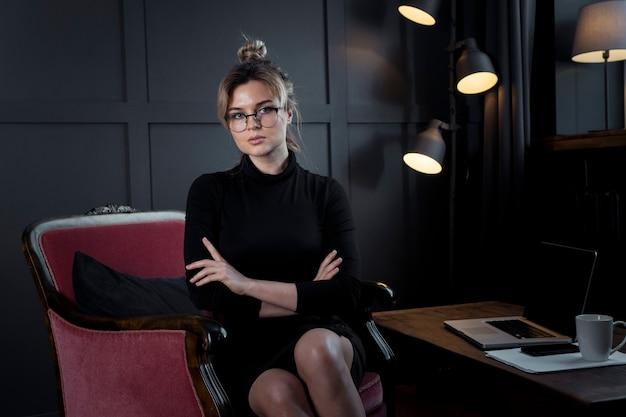 Porträt der professionellen erwachsenen frau, die aufwirft