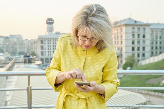 Porträt der reifen frau mit smartphone