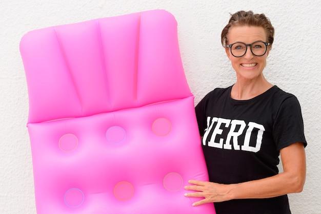 Porträt der reifen schönen nerdfrau als tourist bereit für urlaub isoliert