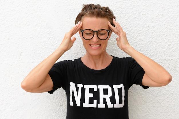 Porträt der reifen schönen nerdfrau mit brille isoalted