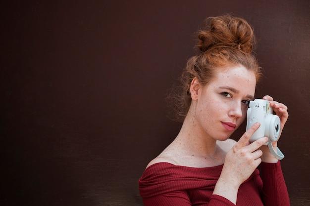 Porträt der rothaarigefrau mit kopienraum