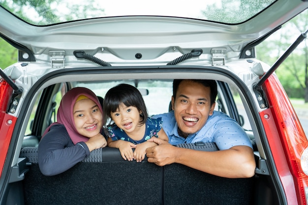 Porträt der ruhe, liebe und barmherzigkeit familie lächeln und lachen im auto