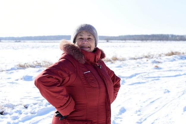Porträt der russischen älteren frau, die lacht und kamera betrachtet