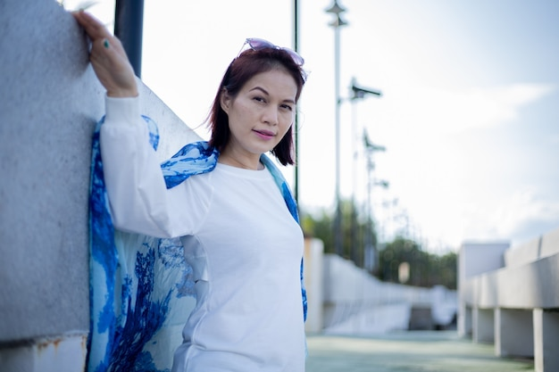 Porträt der schönen 40-jährigen asiatischen frau am strand.
