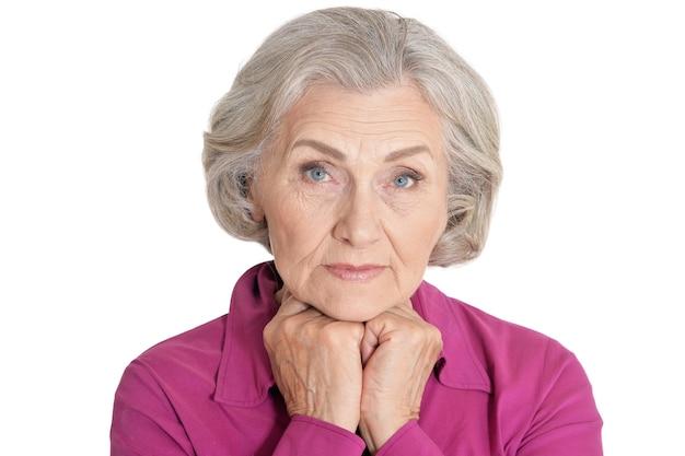 Porträt der schönen älteren frau auf weißem hintergrund