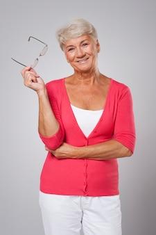 Porträt der schönen älteren frau mit brille