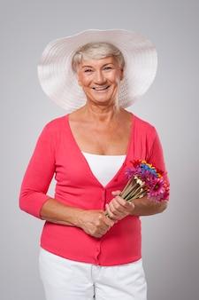 Porträt der schönen älteren frau während der frühlingszeit