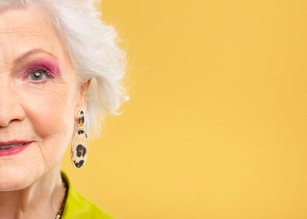 Porträt der schönen älteren frau