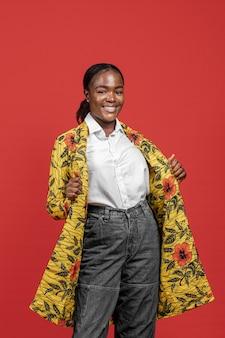 Porträt der schönen afrikanischen frau im blumenmantel