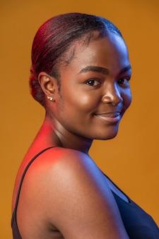 Porträt der schönen afrikanischen frau in verschiedenen lichtern