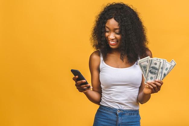 Porträt der schönen afroamerikanerfrau mit banknoten
