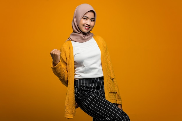 Porträt der schönen asiatischen frau aufgeregt mit erfolgreichem ausdruck