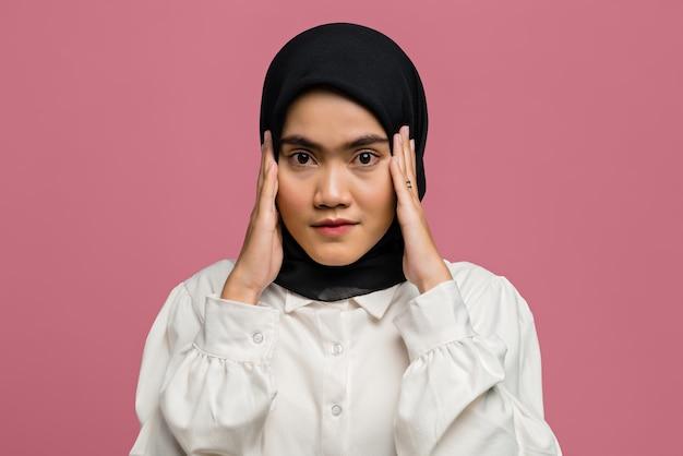 Porträt der schönen asiatischen frau, die ein weißes hemd trägt