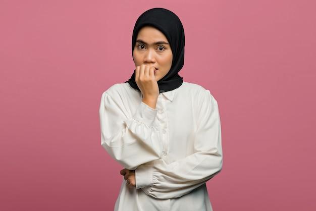 Porträt der schönen asiatischen frau, die einen finger beißt