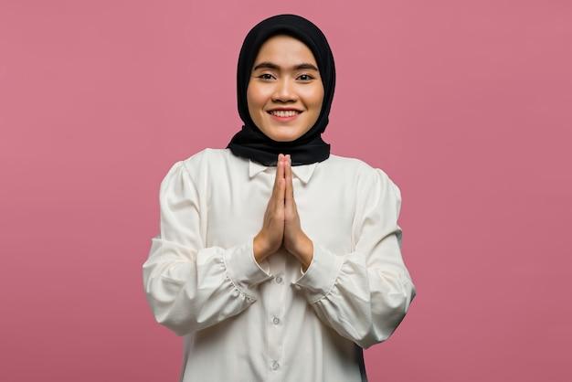 Porträt der schönen asiatischen frau, die mit einem freundlichen ausdruck lächelt