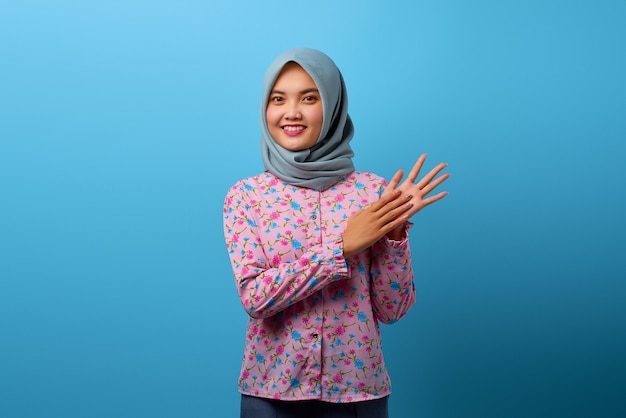 Porträt der schönen asiatischen frau, die mit glücklichem lächeln auf gesicht klatscht