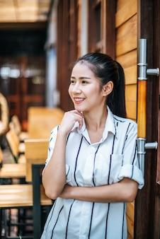 Porträt der schönen asiatischen frau entspannen sich am café