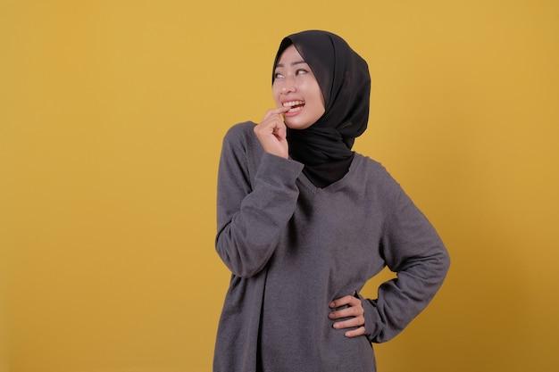 Porträt der schönen asiatischen frau erschrecken etwas mit grauem t-shirt