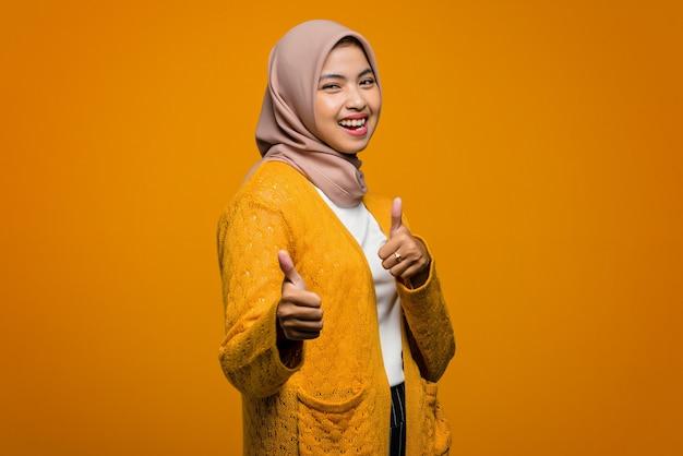 Porträt der schönen asiatischen frau lächelnd zeigt daumen hoch, genehmigt und wie etwas