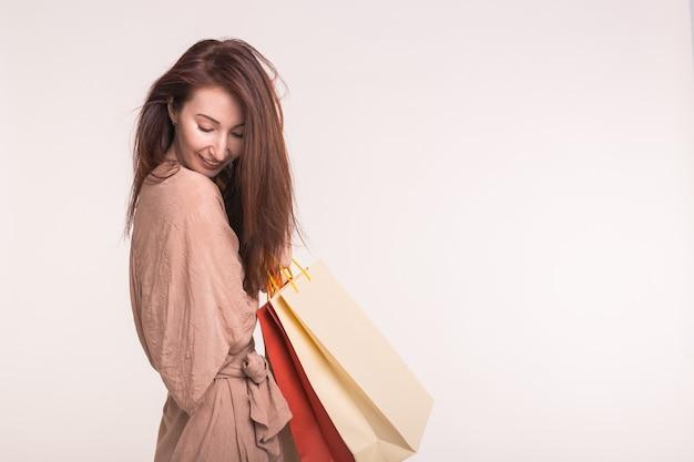 Porträt der schönen asiatischen frau mit einkaufstaschen auf ihrem rücken mit kopienraum.