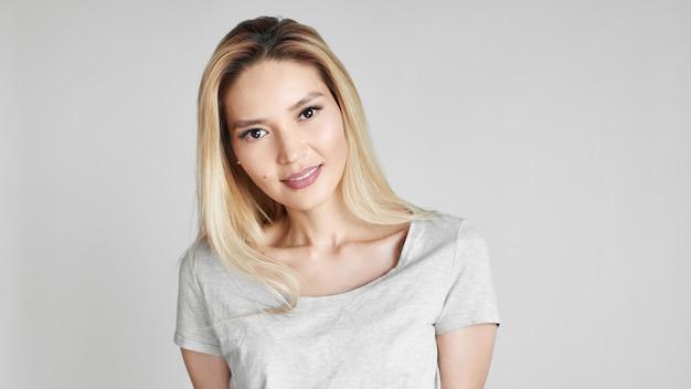 Porträt der schönen asiatischen jungen frau im t-shirt.