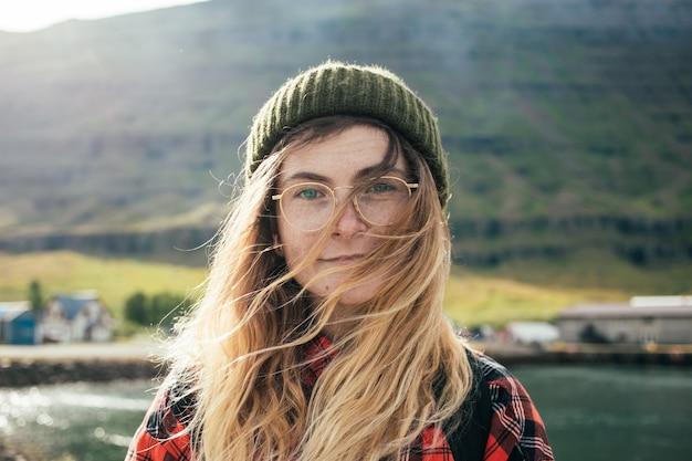 Porträt der schönen authentischen skandinavischen frau