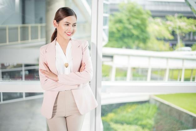 Porträt der schönen berufsgeschäftsfrau