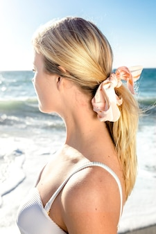 Porträt der schönen blonden frau am strand