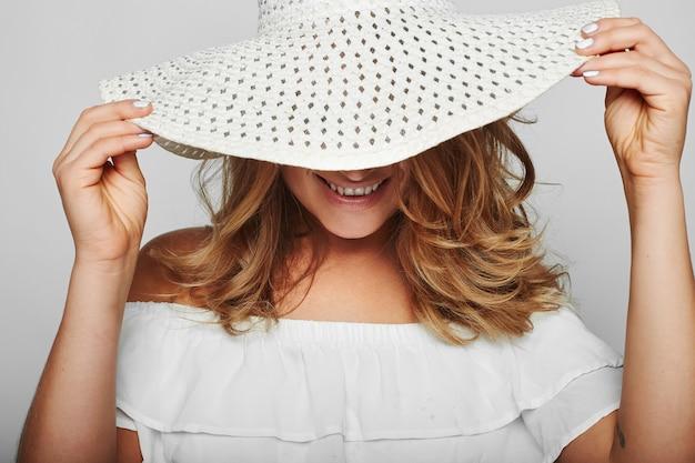 Porträt der schönen blonden frau im weißen sommerkleid