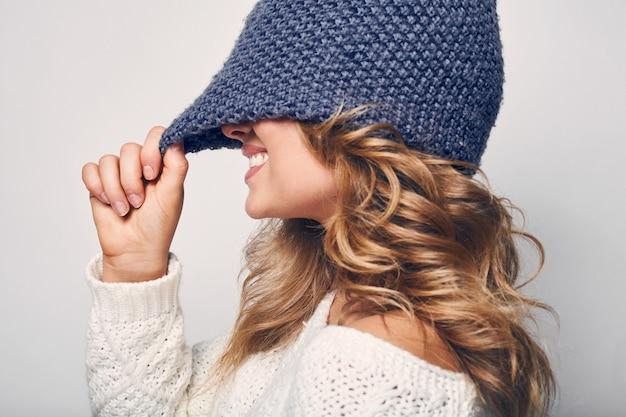 Porträt der schönen blonden frau in der strickjacke