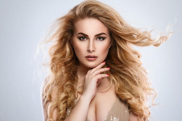 Porträt der schönen blonden frau mit dem lockigen haar