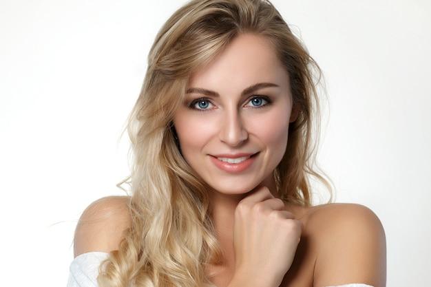 Porträt der schönen blonden frau mit den blauen augen. hautpflege-, spa-, wellness- und lifestyle-konzept.