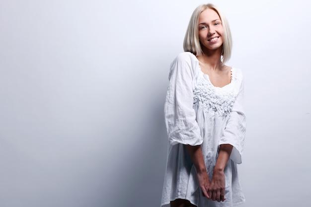 Porträt der schönen blonden frau