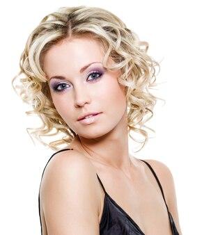 Porträt der schönen blonden jungen frau - lokalisiert auf weiß