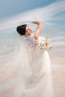 Porträt der schönen braut den strand bereitstehend