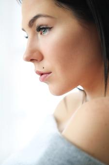 Porträt der schönen brünetten frau