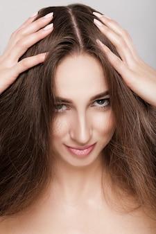 Porträt der schönen brunettefrau mit dem langen haar.