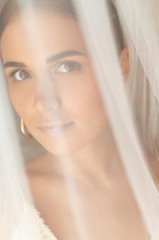 Porträt der schönen dame unter weißem schleier